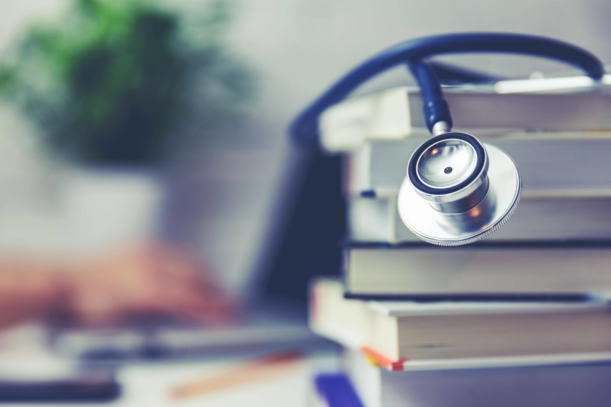 stéthoscope et des livres