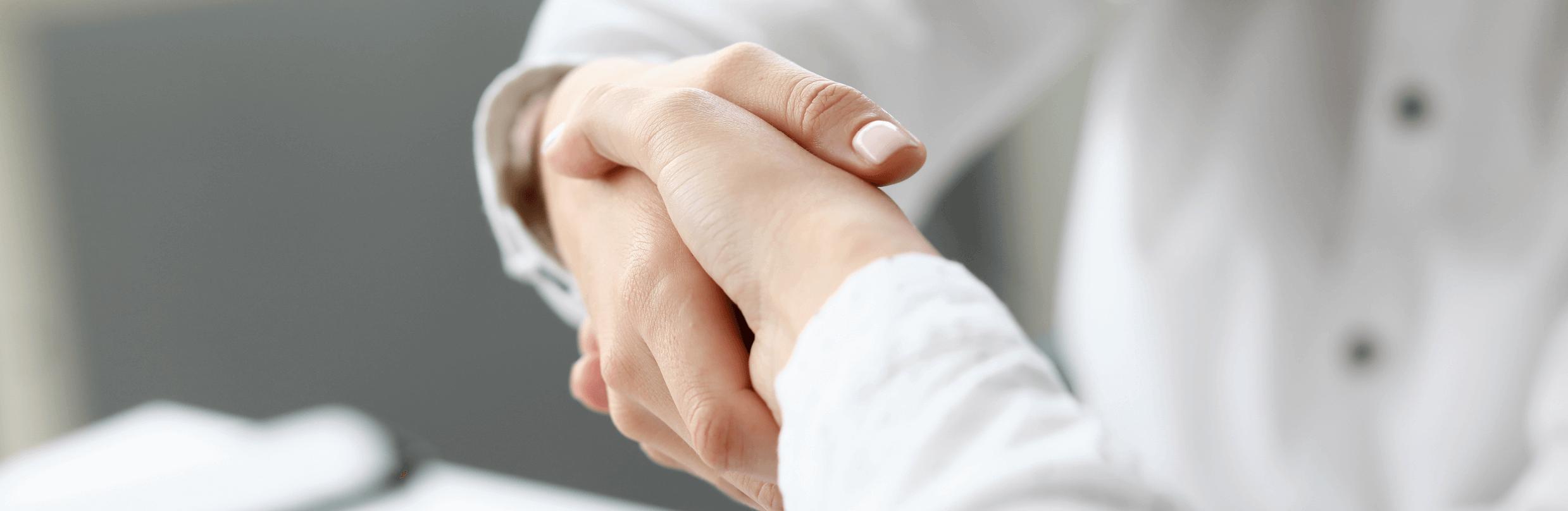 pharmacien sert mains