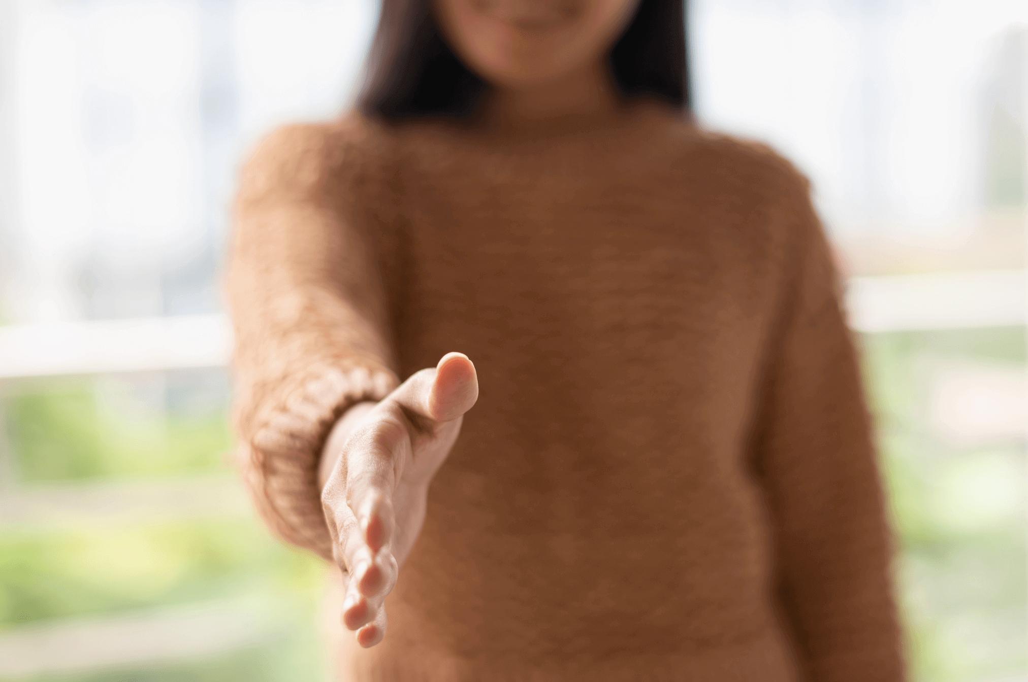 main tendue femme